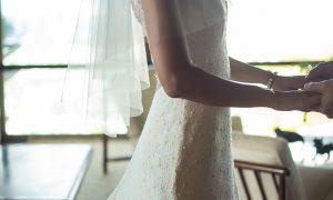 「OTADUY」のスレンダーラインドレスでより華やかに